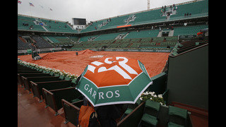 Djokovic back on court at French Open after another delay