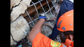 Rescuers comb Indonesia earthquake rubble for second day