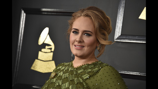 Adele gives thumbs up to Emma Stone,