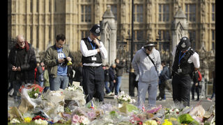 UK police, Muslim youths link hands to mark London attack