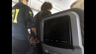 Experts: Traveler should have drawn scrutiny before flight
