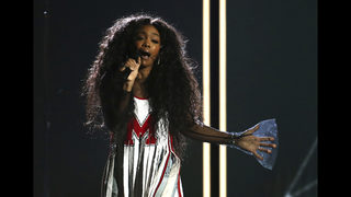With torn ligament, SZA powers through performance