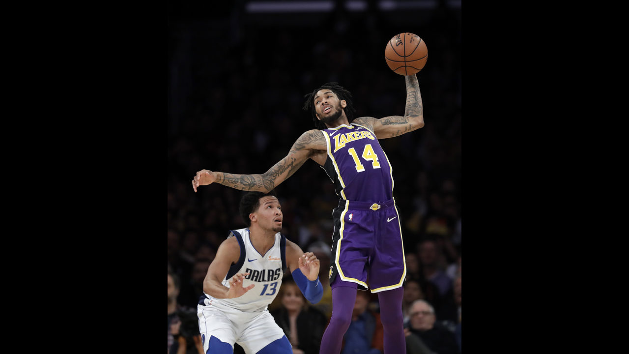 591140e39ab James  free throw gives Lakers 114-113 win over Mavericks - WPXI