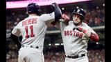 El dominicano Rafael Devers felicita a Steve Pearce, su compañero en los Medias Rojas de Boston, quien conectó un jonrón ante los Astros de Houston en el tercer juego de la Serie de Campeonato de la Liga Americana, el martes 16 de octubre de 2018 (AP Foto/Frank Franklin II)