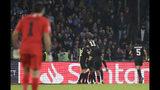 Los jugadores del Paris Saint-Germain festejan su primer gol en un partido de la Liga de Campeones ante Napoli en el estadio San Paolo en Nápoles, Italia, el martes 6 de noviembre de 2018. (AP Foto/Andrew Medichini)