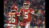El quarterback de los Chiefs de Kansas City, Patrick Mahomes (15) celebra un touchdown con el running back Damien Williams (26) durante la primera mitad del partido de la NFL contra los Colts de Indianápolis, en Kansas City, Missouri, el sábado 12 de enero de 2019. (AP Foto/Ed Zurga)