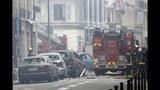 Bomberos trabajan en el lugar donde se registró una explosión que las autoridades atribuyen a una fuga de gas, en París, Francia, el sábado 12 de enero de 2019. (AP Foto/Kamil Zihnioglu)