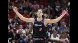 El alero del Heat de Miami Kelly Olynyk celebra tras encestar un triple en la primera mitad del juego de la NBA contra los Grizzlies de Memphis, el sábado 12 de enero de 2019, en Miami. (AP Foto/Brynn Anderson)