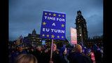 Numerosos manifestantes que apoyan la permanencia de Gran Bretaña en la Unión Europea protestan frente al Parlamento en Londres, el martes 15 de enero de 2019. (AP Foto/Frank Augstein)