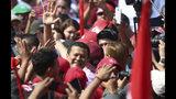 El candidato presidencial Hugo Martínez, del Frente Farabundo Martí para la Liberación Nacional (FMLN), saluda a sus simpatizantes durante el cierre de campañas en San Salvador, El Salvador, el domingo 27 de enero de 2019. (AP Foto/Salvador Melendez)