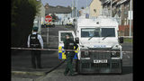 La policía es vista en Londonderry, Irlanda del Norte, el viernes, 19 de abril del 2019, tras la muerte de una periodista de 29 años, Lyra McKee, que fue baleada en dusturbos en la madrugada. (Brian Lawless/PA vía AP)