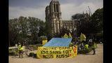 Defensores de la vivienda pública protestan frente a la destruida catedral de Notre Dame para exigir que se recuerde a los más pobres de Francia, en París, el lunes 22 de abril de 2019. (Foto AP/Francisco Seco)