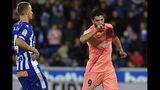 El uruguayo Luis Suárez, del Barcelona, festeja luego de anotar el segundo gol de su equipo ante el Alavés, durante un encuentro de La Liga disputado en Vitoria, el martes 23 de abril de 2019 (AP Foto/Alvaro Barrientos)