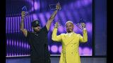 """Nicky Jam, a la izquierda, y J Balvin reciben el premio a la canción del año, airplay por """"X"""" en la ceremonia de los Premios Billboard de la Música Latina, el jueves 25 de abril del 2019 en Las Vegas. (Foto por Eric Jamison/Invision/AP)"""