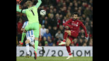 Mohamed Salah (derecha) remata para anotar el tercer gol de Liverpool ante Huddersfield en el partido de la Liga Premier en Liverpool, Inglaterra, el viernes 26 de abril de 2019. (AP Foto/Jon Super)