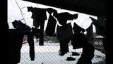 En esta imagen del 10 de mayo de 2019, ropas migrantes colgadas en un alambre de espino para secarlas en un refugio de Peñitas, en la provincia de Darién, Panamá. (AP Foto/Arnulfo Franco)