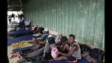 En esta imagen del 10 de mayo de 2019, migrantes de varios países africanos descansan en colchonetas delante de un granero utilizado como refugio en Peñitas, en la provincia de Darién, Panamá. (AP Foto/Arnulfo Franco)