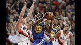 El jugador de los Warriors de Golden State Draymond Green (23) lanza contra el jugador de los Trail Blazers de Portland Meyers Leonard, a la izquierda, durante la primera mitad del tercer juego de su serie por las finales de la Conferencia Oeste, en los playoffs de la NBA, el sábado 18 de mayo de 2019 en Portland, Oregon. (AP Foto/Ted S. Warren)