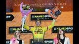 El esloveno Primoz Roglic festeja en el podio después de llevarse la novena etapa del Giro de Italia, una prueba contrarreloj individual de Riccione a San Marino, el domingo 19 de mayo de 2019, en San Marino. (Alessandro Di Meo/ANSA vía AP)