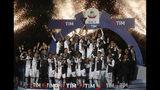 Los jugadores de la Juventus celebran tras ganar el trofeo de la Serie A italiana, el domingo 19 de mayo de 2019, en Turín, Italia. (AP Foto/Antonio Calanni)
