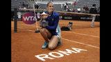 La checa Karolina Pliskova posa con el trofeo que la acredita como campeona del Abierto de Italia,tras derrotar en la final a la británica Johanna Konta, el domingo 19 de mayo de 2019, en Roma. (AP Foto/Gregorio Borgia)