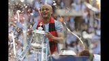Vincent Kompany, capitán del Manchester City, carga el trofeo de la Copa FA tras golear 6-0 a Watford en la final, en el Estadio Wembley de Londres, el sábado 18 de mayo de 2019. (AP Foto/Tim Ireland)