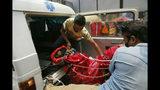 Personal médico baja el cuerpo de uno de dos montañistas indios que fallecieron subiendo el monte Kanchenjung, en Nepal, el domingo 19 de mayo de 2019. (Foto AP/Niranjan Shrestha)