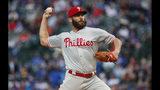 Jake Arrieta, abridor de los Filis de Filadelfia, hace un lanzamiento en el primer inning del duelo ante los Cachorros de Chicago, el lunes 20 de mayo de 2019 (AP Foto/Kamil Krzaczynski)
