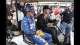 El piloto español Fernando Alonso se marcha del área de pits tras no conseguir su clasificación a las 500 Millas de Indianápolis, el domingo 19 de mayo de 2019 (AP Foto/Michael Conroy)