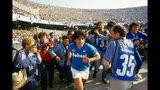 En esta imagen difundida por HBO, el astro del fútbol Diego Maradona en una escena de un documental que lleva su nombre. La película, dirigida por el ganador del Oscar Asif Kapadia, se estrenó en el Festival de Cine de Cannes. (HBO vía AP)