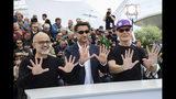 """El productor Daniel Arcucci, el director Asif Kapadia y Fernando Signorini, de izquierda a derecha, posan con motivo del estreno de su documental """"Diego Maradona"""" en el Festival de Cine de Cannes el lunes 20 de mayo del 2019 en Cannes, Francia. (Foto por Vianney Le Caer/Invision/AP)"""