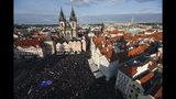 Manifestantes se reúnen en la plaza de la Ciudad Vieja en Praga, República Checa, el lunes 6 de mayo de 2019. (AP Foto/Petr David Josek)