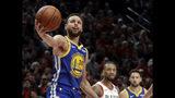 Stephen Curry, base de los Warriors de Golden State, sostiene el balón durante el cuarto partido de la final de la Conferencia del Oeste ante los Trail Blazers de Portland, el lunes 20 de mayo de 2019 (AP Foto/Ted S. Warren)