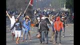 Seguidores del candidato a la presidencia de Indonesia Prabowo Subianto, durante un enfrentamiento con la policía en Yakarta, Indonesia, el 22 de mayo de 2019. (AP Foto)