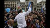 ARCHIVO - En esta imagen del sábado 18 de mayo de 2019, seguidores intentando tocar al líder de la Liga, Matteo Salvini, con otros líderes de partidos nacionalistas europeos antes de las elecciones al Parlamento Europeo que se celebran del 23 al 26 de junio, en Milán, Italia. (AP Foto/Luca Bruno, Archivo)