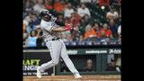 El jugador de los Medias Blancas de Chicago Eloy Jiménez pega un jonrón contra los Astros de Houston durante el octavo inning de su juego de béisbol el miércoles 22 de mayo 2019 en Houston. (AP Foto/David J. Phillip)