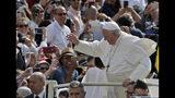 El papa Francisco llega a su audiencia general semanal en la Plaza de San Pedro del Vaticano, el miércoles 22 de mayo de 2019. (AP Foto/Alessandra Tarantino)