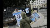 Un hombre vende camisetas con la imagen de la expresidenta de Argentina Cristina Fernández, ante la corte federal donde se la juzga en Buenos Aires, Argentina. (AP Foto/Marcos Brindicci)
