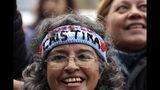 Partidarios de la expresidenta argentina Cristina Fernández se reúnen afuera de un tribunal federal mientras Fernández comparece en el primer juicio en su contra por presunta corrupción en Buenos Aires, Argentina, el martes 21 de mayo de 2019. (AP Foto / Marcos Brindicci)