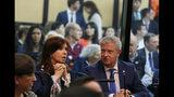 La expresidenta argentina Cristina Fernández habla con su abogado Carlos Beraldi en un tribunal federal de Buenos Aires, Argentina, el martes 21 de mayo de 2019. (AP Foto / Marcos Brindicci)