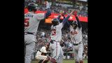 Los jugadores de los Bravos de Atlanta Dansby Swanson (derecha), celebra con Ronald Acuña Jr. (13) y Freddie Freeman (5) tras disparar un jonrón de tres carreras ante Jeff Samardzija, de los Gigantes de San Francisco, en el segundo inning del juego de la MLB que enfrentó a ambos equipos, el 22 de mayo de 2019, en San Francisco. (AP Foto/Ben Margot)