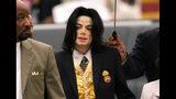 ARCHIVO - En esta fotografía de archivo del 25 de mayo de 2005, Michael Jackson llega a una corte por un juicio en su contra, en Santa Maria, California. (Aaron Lambert/Santa Maria Times vía AP, Pool)