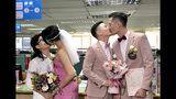 Dos parejas homosexuales sellan su matrimonio legal con un beso en una oficina de registro en el distrito de Xingyi, en Taipei, Taiwán, el 24 de mayo de 2019. (AP Foto/Johnson Lai)