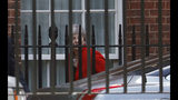 """La primera ministra británica Theresa May sale de sus oficinas en Downing Street, Londres, viernes 24 de mayo de 2019. May anunció su renuncia el viernes y el gobierno español dijo que es una """"mala noticia"""" porque acrecienta las probabilidades de un """"Brexit duro"""". (AP Foto/Frank Augstein)"""