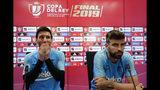 El delantero argentino Lionel Messi (izquierda) y el zaguero Gerard Piqué del Barcelona durante una rueda de prensa en la ciudad deportiva del club, el viernes 24 de mayo de 2019. El Barcelona enfrenta al Valencia en la final de la Copa del Rey el sábado. (AP Foto/Manu Fernández)