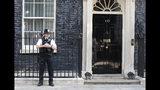 Un agente de policía hace guardia frente a la residencia oficial de la primera ministra de Gran Bretaña, Theresa May, en el número 10 de Downing Street, Londres, el 24 de mayo de 2019. (AP Foto/Alastair Grant)