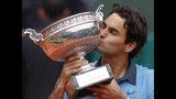 ARCHIVO -En esta foto del 7 de junio de 2009, Roger Federer besa el trofeo de campeón del Abierto de Francia tras vencer a Robin Soderling en la final masculina. (AP Foto/Christophe Ena, archivo)