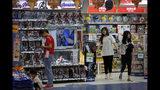 Clientes compran cerca de un puesto con figuras de la saga de Marvel Avengers, fabricadas por la empresa estadounidense Hasbro, en una tienda de juguetes en Beijing, el 23 de mayo de 2019. (AP Foto/Andy Wong)