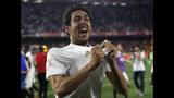 El volante del Valencia Daniel Parejo festeja la victoria 2-1 ante el Barcelona en la final de la Copa del Rey, el sábado 25 de mayo de 2019. (AP Foto/Miguel Morenatti)