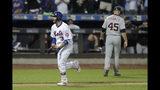 Tomás Nido de los Mets de Nueva York corre hacia el plato tras batear el jonrón en el 13er inning para la victoria 5-4 ante los Tigres de Detroit, el sábado 25 de mayo de 2019. (AP Foto/Julio Cortez)
